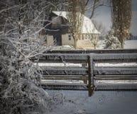 Ladugård och staket i snöig fält fotografering för bildbyråer