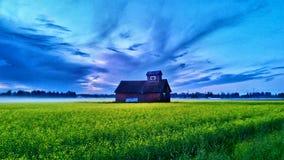 Ladugård och stormig himmel royaltyfria foton