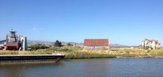 Ladugård på den Petaluma floden, Kalifornien royaltyfria bilder