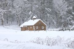 Ladugård på en snöig dag i New England