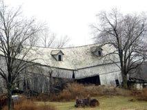 Ladugård som är bruten i halva Arkivbild