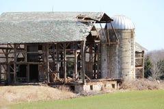 Ladugård som är sönderriven ner Arkivbild