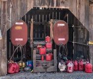Ladugård som fylls med bensinbehållare royaltyfri bild