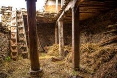 Ladugård som göras av stenar och trä Arkivbilder