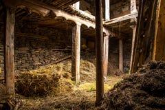 Ladugård som göras av stenar och trä Royaltyfri Foto