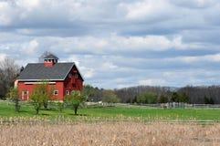 ladugård som grubblar den röda skyen Arkivbilder