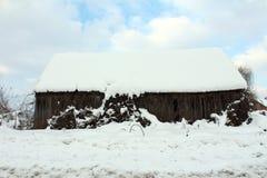 Ladugård som täckas med snö under tungt snöfall arkivbilder