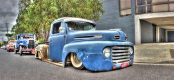 Ladugården nya gamla Ford väljer upp lastbilen Arkivbilder