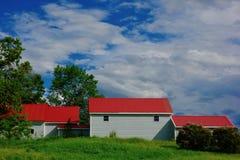 Ladugårdkomplex med röda tak royaltyfria bilder