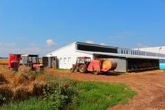 Ladugård med traktorer Zetor Arkivfoto