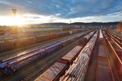 Ladung-Bahnstation mit Serien lizenzfreie stockfotos
