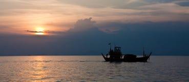Ladung-Boot am Sonnenuntergang lizenzfreie stockfotos