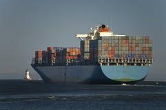Ladung-Containerschiff verlässt Kanal lizenzfreie stockfotos