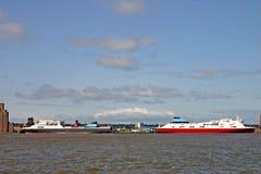 Ladung-Fähre-Lieferungen auf dem Fluss Mersey in Liverpool stockfoto