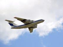 Ladung-Flugzeug, das in sich entfernt stockbild