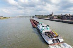 Ladung Riverboat, der die holländische Stadt Nijmegen führt lizenzfreies stockfoto
