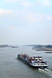 Ladungboot in dem Fluss Lizenzfreie Stockfotografie