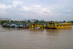 Ladungboote auf Saigon Fluss lizenzfreie stockfotos