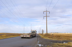 Ladungs-LKW auf Land-Straße Lizenzfreies Stockbild