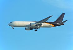 Ladungstrahl Boeing-767, der Eilpost liefert Lizenzfreie Stockfotografie