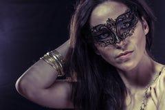 Lady.Beautiful młoda kobieta w tajemniczej czarnej Weneckiej masce Zdjęcie Stock