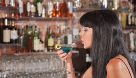 Lady Enjoying Hennes Martini arkivbild