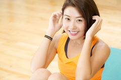 Lady Exercise. An Asian lady doing her sit ups exercise in a gym Royalty Free Stock Images