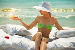lady för strandchampagneexponeringsglas Royaltyfri Fotografi