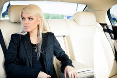 Lady i en lyxig bil Arkivbild
