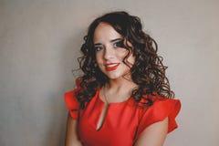 Lady i en röd klänning Arkivbild