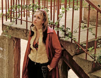 Lady i röd gård Royaltyfri Fotografi