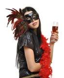 Lady i utsmyckad maskering med ett exponeringsglas av wine Arkivfoto