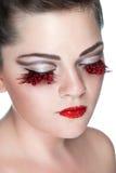 Lady med falska ögonfranser och rhinestones på kanter Royaltyfri Fotografi