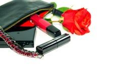 Lady& x27; mercancías de s: componga el bolso, cosméticos y fórmelo jewerly en el fondo blanco con las sombras suaves fotos de archivo libres de regalías