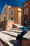 Lady painting Eglise Saint Michel fachade at Roussillon in Franc Stock Images