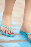 Lady& x27; s cieki w sandałach na plaży Obraz Stock