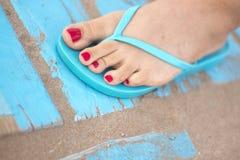 Lady& x27; s cieki w sandałach na plaży Zdjęcia Stock