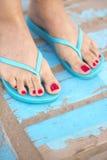 Lady& x27; s-fot i sandaler på stranden Royaltyfria Bilder