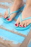 Lady& x27; s-fot i sandaler på stranden Royaltyfri Fotografi
