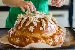 Lady& x27; s ręki macanie dekorujący ciasto Zdjęcie Stock