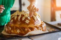 Lady& x27; s ręki dotyki dekorowali ciasto Zdjęcie Stock