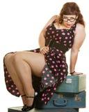 Lady Sitting på resväskor Royaltyfri Foto