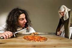 Lady som klipper en hand av tjänare som som stjäler pizza Arkivbild