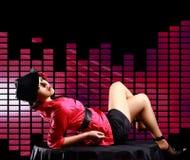 Lady som ligger på tabellen, på diskobakgrund Royaltyfri Foto