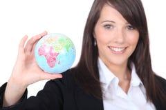 Lady som visar ett jordklot arkivbilder