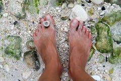 Lady& x27; os pés de s em um shell encalham, ilha de Boracay, Filipinas Imagens de Stock Royalty Free