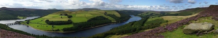 Ladybower Vorratsbehälter-Landschaft panoramisch Stockbild