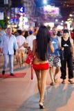 Ladyboy på gatan av Patong på natten, Thailand Royaltyfri Fotografi