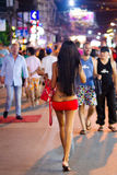 Ladyboy sur la rue de Patong la nuit, Thaïlande Photographie stock libre de droits