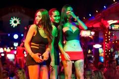 Ladyboys sulla via di Patong alla notte Fotografia Stock
